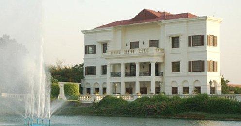 The DLF Golf &CC, con su casa club de estilo colonial