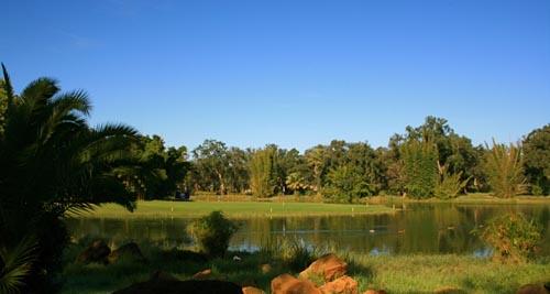 El hoyo 9 del Red Course, con el green rodeado de agua