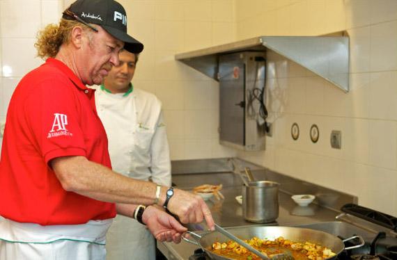 Miguel Ángel Jiménez demuestra sus dotes culinarias (foto de Michael Denker)