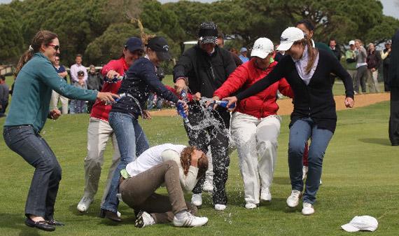 Emma Cabrera, mojada por sus compañeras tras la victoria (foto de Fernando Herranz)