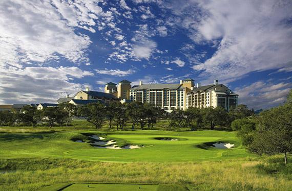 El green del 16 del Oaks Course con el JW Marriott Hotel al fondo