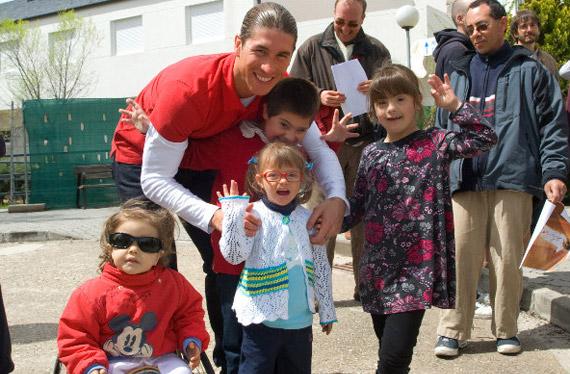 Sergio Ramos en su visita a la Fundación APASCOVI