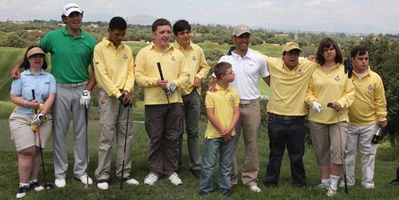 Los chicos del equipo de golf adaptado con Diego Suazo y Alfredo García-Heredia (foto de Fernando Herranz)