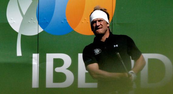 El sueco Edberg sigue agarrándose al liderato pese al viento (foto de Luis Corralo)