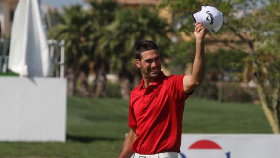 Álvaro Quirós saluda a los aficionados del Real Club de Golf de Sevilla (foto de Fernando Herranz)