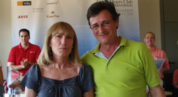 Luis Blanco, ganador de tercera categoría, junto a Matilde de Francisco, de Diners Club
