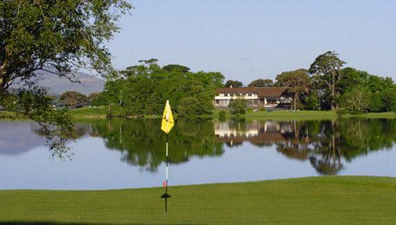 El green del 3 de The Killeen Course con la casa club al fondo