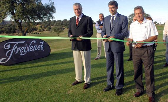 Enrique Hevia, Presidente de Escalona Golf Village, Álvaro Gutiérrez, Alcalde de Escalona Golf y Manolo Piñero, diseñador del campo cortan la cinta de inauguración (foto de Luis Corralo)