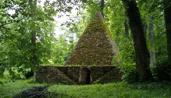 El almacén de hielo con forma de pirámide del Désert de Retz