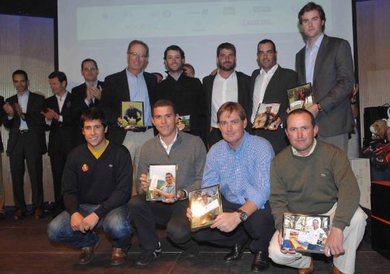 Foto de familia de los ganadores de torneos en 2010 (foto de Luis Corralo)