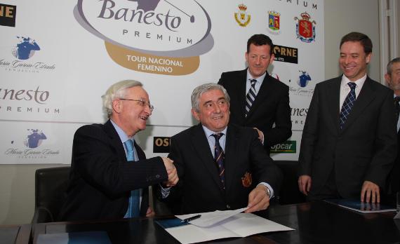 Gonzalo Alonso Tejuca y Gonzaga Escauriaza firman el contrato en presencia de Carlos García-Hirschfeld y Manuel de la Cruz (foto de Fernando Herranz)