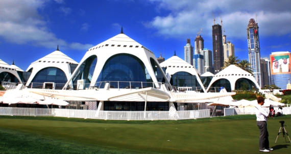 La imponente casa club del Emirates G. C.