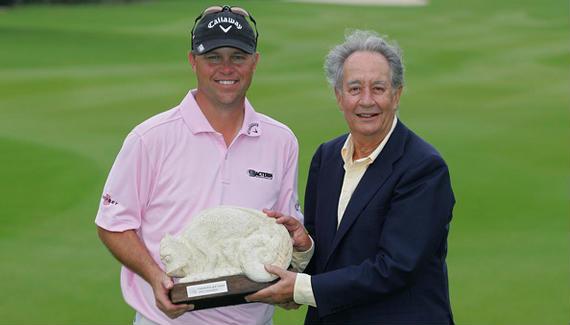 Juan Miguel VIllar Mir, presidente de OHL, acompaña a Cameron Beckman en la entrega de premios del Mayakoba Golf Classic de 2010