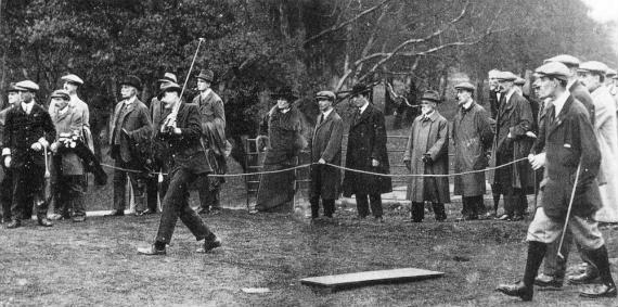 James Braid disputando un partido de exhibición en Wimbledon Common