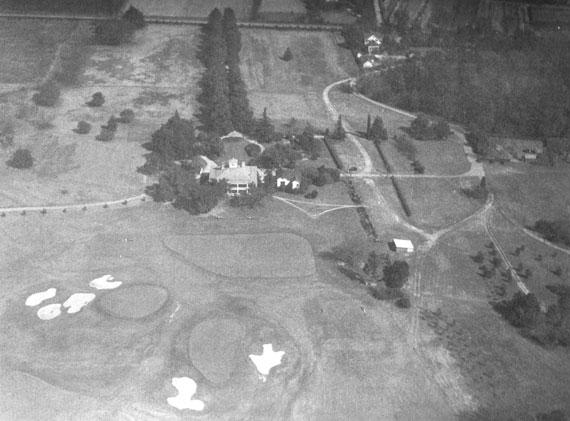 Panorámica de la casa club de Augusta con los greenes del 18 y el 9 al frente (hacia 1940)