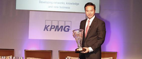 Tenniel Chu recibe el Lifetime Achievement Award 2011 de KPMG en nombre de su padre