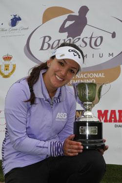 Mariana con el trofeo (foto de Fernando Herranz)
