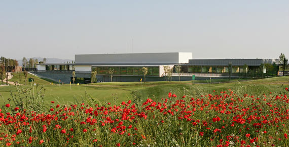La casa club de El Prat está a la vanguardia de la arquitectura catalana y lleva la firma de Carlos Ferrater