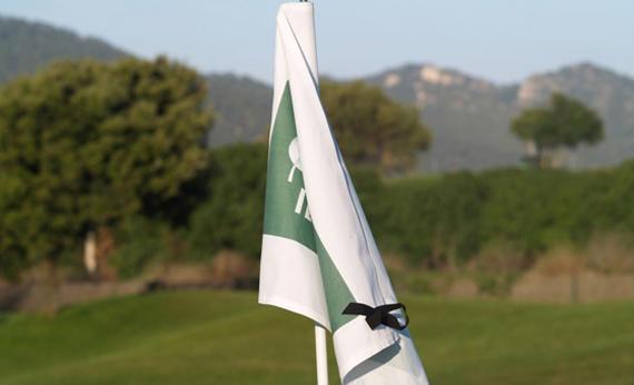 Un crespón negro acompañará a cada una de las 18 banderas de hoyo durante todo el campeonato