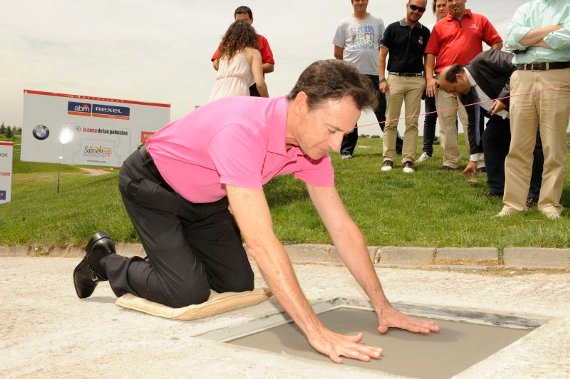 Matías Prats deja su firma en el Paseo de los amigos del golf