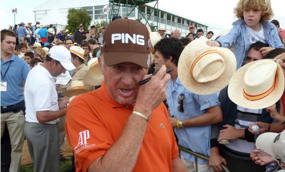 Miguel Ángel Jiménez atiende a los aficionados al final de la vuelta (foto de Crónica Golf)