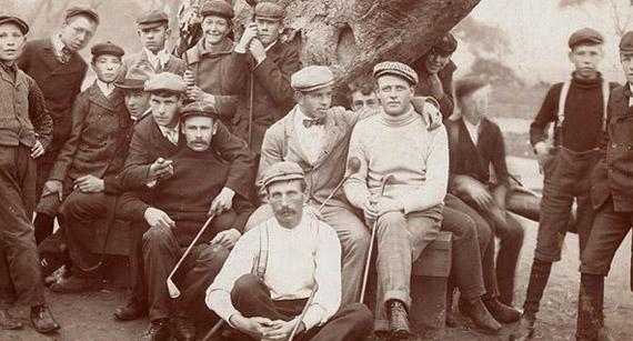Horace Rawlins (en primer plano), ganador del primer US Open, posa con Willie Anderson (vencedor en cuatro ocasiones) y Alex Smith (campeón de la edición de 1906)