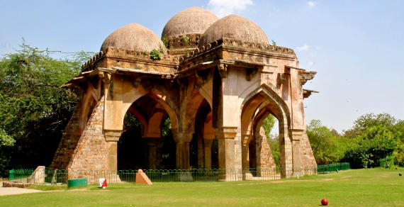 Vista de una de los mausoleos del Delhi Golf Club