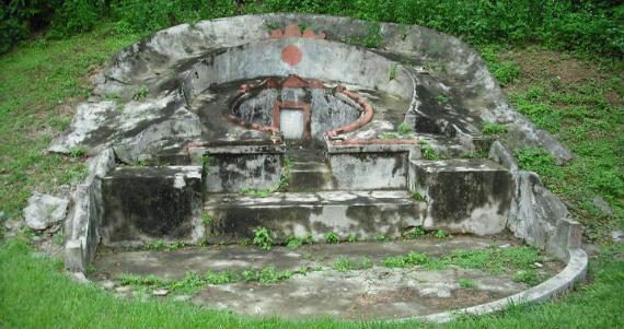 Una de las numerosas tumbas que pueblan el Hong Kong Golf Club de Fanling