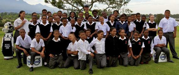 Goosen, con los niños que asistieron a su clinic (foto ©Volvo in Golf)