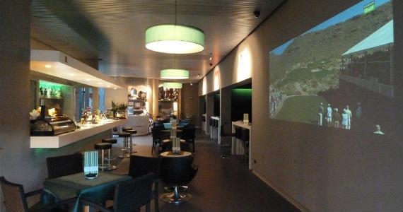 Local de lujo, cuatro simuladores y, por supuesto, golf en el proyector