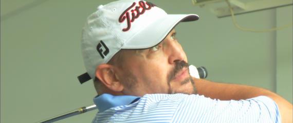 Óscar Díaz mira atento la trayectoria ascendente de su hándicap antes de ponerse en manos de la Jason Floyd Golf Academy