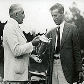 El presidente Harding premia a Barnes