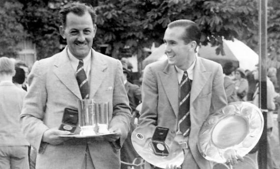Tommy Thirsk y Arnold Bentley, con sus trofeos