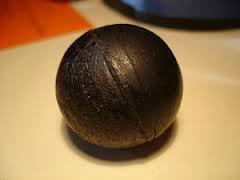 Bola lisa de gutapercha, con su color original (foto © Christie's)
