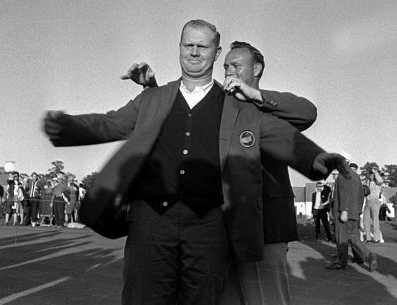 Arnold Palmer enfunda la chaqueta verde a Jack Nicklaus en 1963