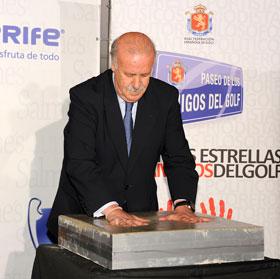 Vicente del Bosque plasmando sus huellas para el Paseo de los Amigos del Golf