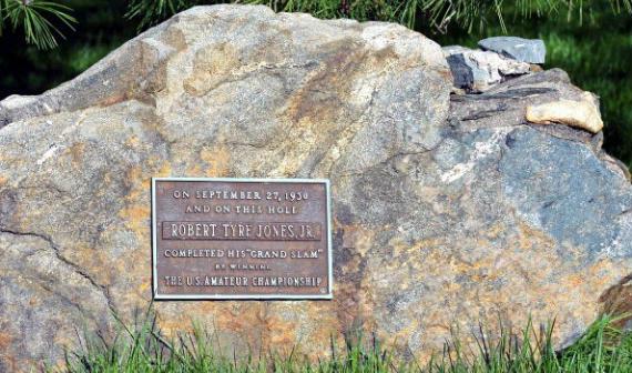 La placa en homenaje al Grand Slam de Bobby Jones