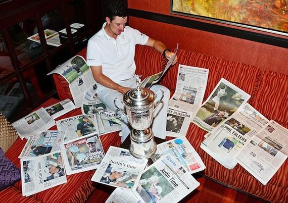 Justin Rose, leyendo la prensa tras ganar el US Open