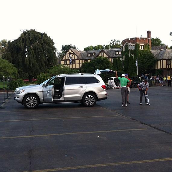Tiger Woods junto a Sean Foley, en el parking del Oak Hill Country Club