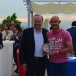 Juan Lejarraga entrega un trofeo a Paco Jémez