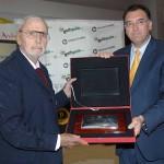 Enrique Canales recibe la placa de manos de Arturo Bernal