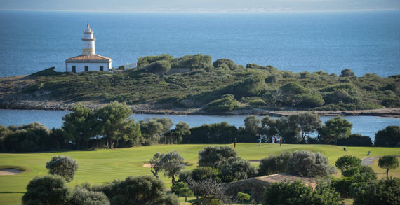 Espectacular vista de Alcanada Golf, con el faro de la bahía de Alcudia al fondo