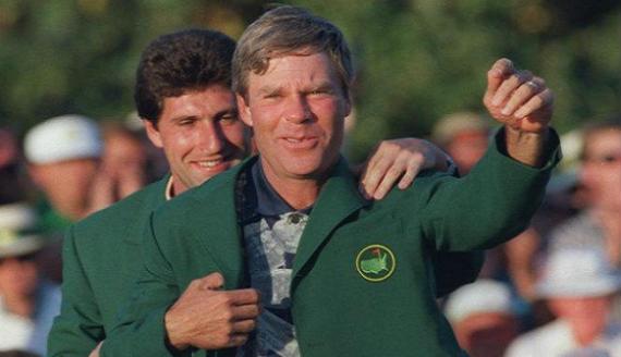José María Olazábal coloca la chaqueta verde a Ben Crenshaw tras ganar este el Masters de Augusta de 1995