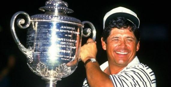 Lee Trevino levanta el trofeo del PGA Championship de 1984