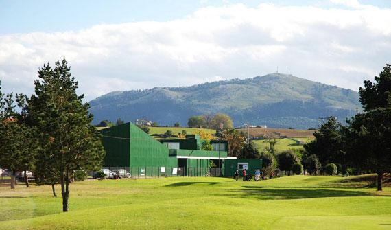 Vista de la casa club y el Centro de Interpretación Seve Ballesteros desde el campo de golf