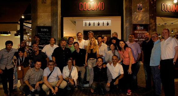 Pablo Larrazábal y Gala Ortín, con la prensa en el restaurante Cocomo (foto de Antonio de la Pisa)