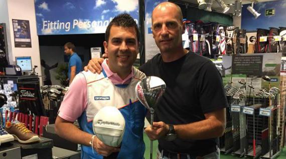 Christian Afán, responsable de Decathlon Golf Castellana, entrega el TaylorMade Aeroburner a David Quinzaños