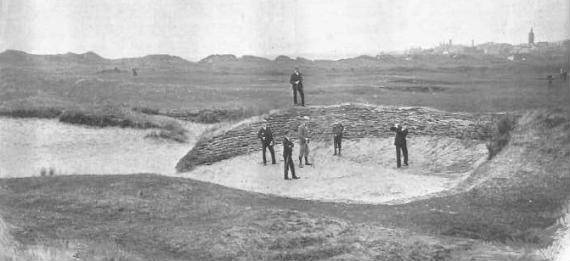 """Jugadores de 1897 en el bunker """"Hell"""" del hoyo 14 del Old Course"""