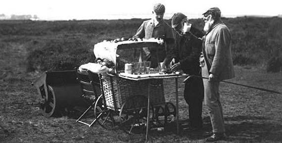 Auld Da Anderson en su carrito del hoyo 4 con Tom Morris bebiendo leche